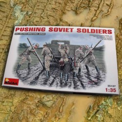 Pushing Soviet Soldiers (1/35)